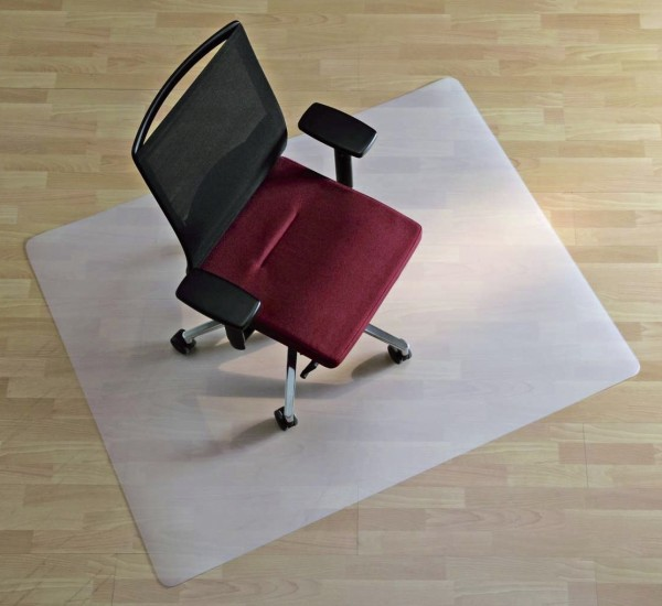 Hochwertige milchig transparente Matte aus Polypropylen zu 100% recycelbar, frei von ausgasenden Giftstoffen, geruchsneutral und Allergiker geeignet. Stuhlrollenfest, trittschall- und geräuschdämmend. Ideal für kurze Nutzungszeiten. Mattenhöhe: 2,0 mm. F